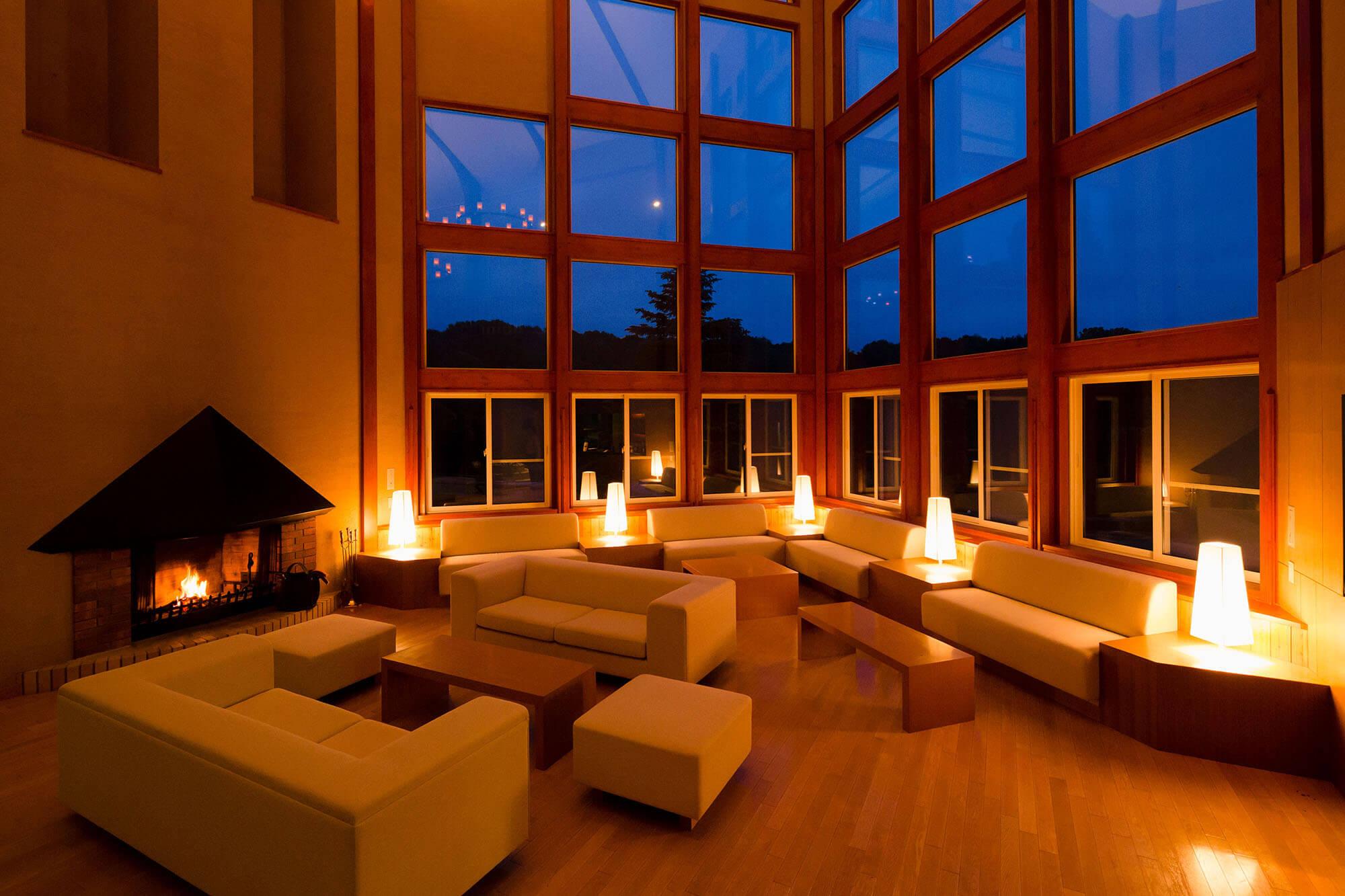 北海道、日高のナチュラルリゾート・ハイジア 夜のラウンジ